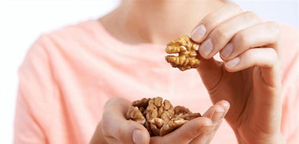 تناول الجوز بانتظام يساعد في مكافحة سرطان الثدي