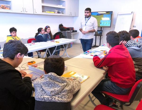 أبناء الرعاية في جولة معرفية في مركز Bee Skills