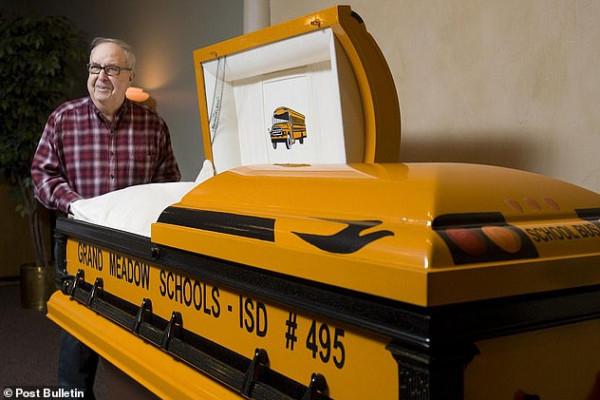 سائق يوصى بتصميم نعشه كحافلة مدرسية.. تعرف على قصته