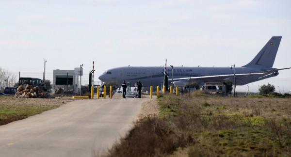 شاهد: طائرة بلا عجلات تهبط بشكل اضطراري