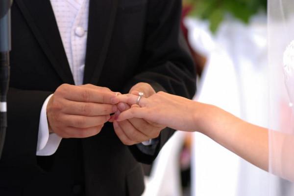 شاهد: إعلاميان عراقيان يلغيان حفل زفافهما ويتبرعان بالتكاليف