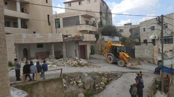 بالصور: الاحتلال الإسرائيلي يُجبر مواطناً على هدم منزله في العيساوية