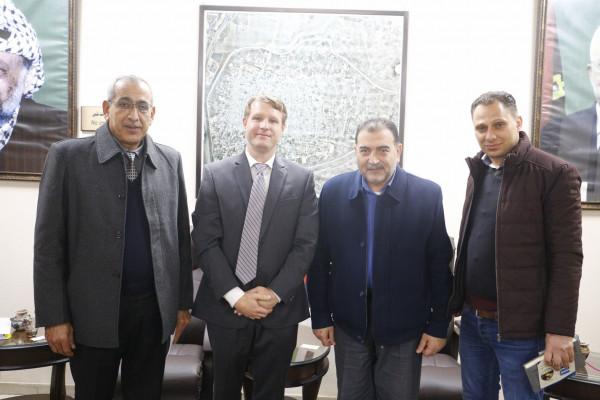 عضو منظمة ادارات المدن يزور بلدية قلقيلية