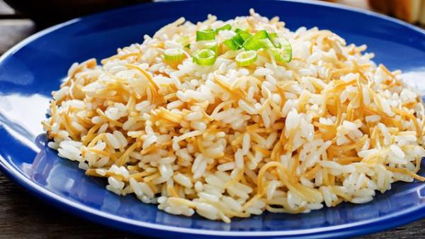 الطريقة الصحيحة لعمل أرز بالشعيرية دون تعجين