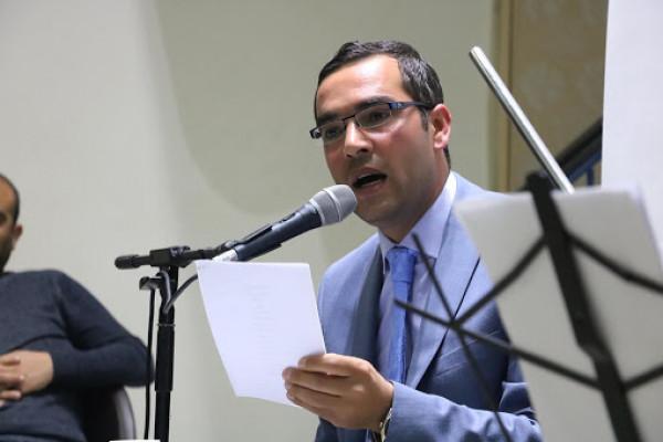 الشاعر الفلسطيني جهاد الحنفي نجم الأمسيات في كل مناسبة