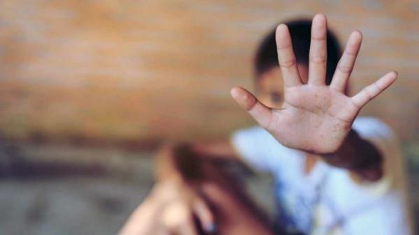 الكشف عن ملابسات فيديو الطفل الكفيف وتعذيب والديه له