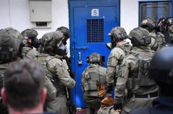 قوات القمع الإسرائيلية تقتحم قسم (3) بسجن (ريمون) وتُهدد الأسرى بنقلهم للزنازين