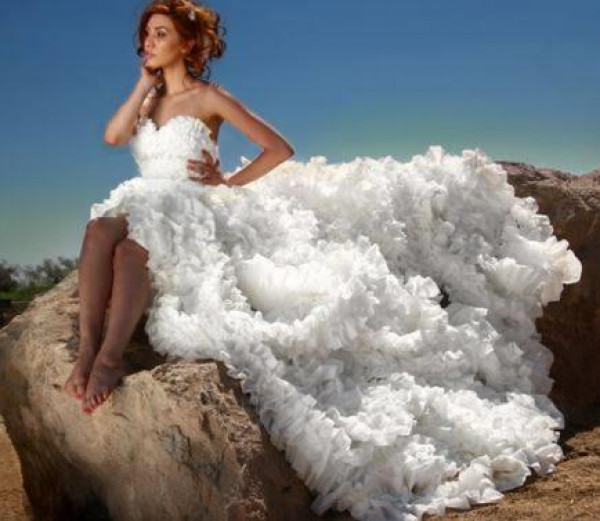 """""""هبة"""" صنعته من ستارة غرفتها.. أغرب ثمانية فساتين زفاف ارتدتها العرائس"""