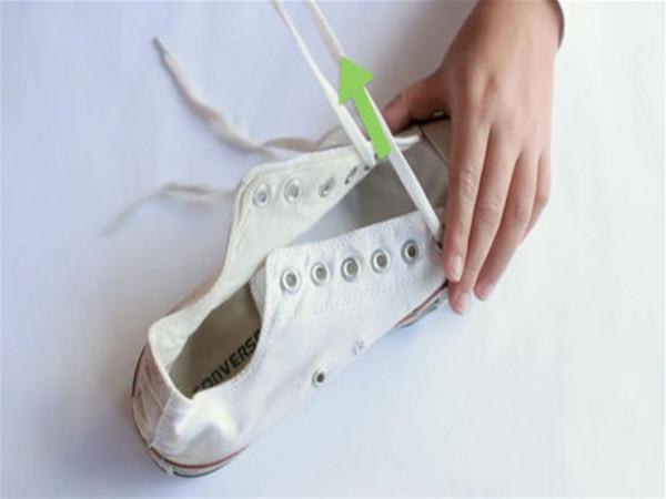 بمعجون أسنان أو خل.. سبع طرق بسيطة لتنظيف حذائك الأبيض