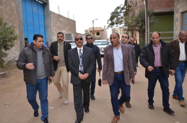 محافظ الاسماعيلية يتفقد أعددا من الشوارع المقرر رصفها بمنطقة حي السلام