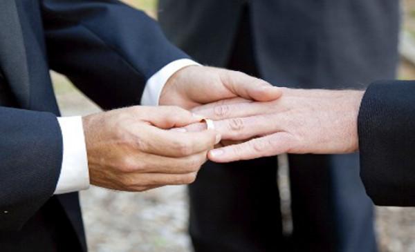الحبس لشابين مثليين بالجزائر أشهرا زواجهما عبر الإنترنت