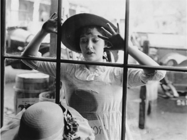 عشرة أشياء عادية كانت محظورة على النساء قبل 100 عام