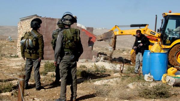 شاهد: قوات الاحتلال تهدم مسكنين وحظيرتي أغنام في مسافر يطا