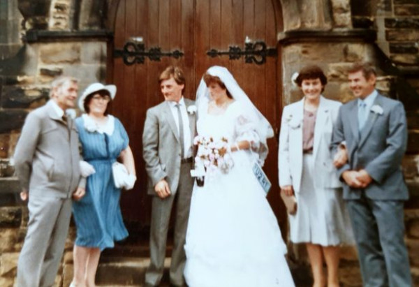 بعد 35 عاماً.. زوجان يحصلان على صور زفافهما