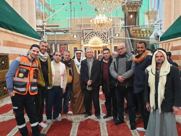 """وفد كبير من """"المبادرة"""" برئاسة البرغوثي يحيي صلاة الفجر في الحرم الإبراهيمي"""