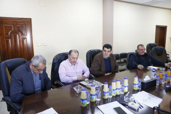 بلدية قلقيلية تناقش مقترح مشروعي بيت ضيافة ومواقف ذكية في قلقيلية