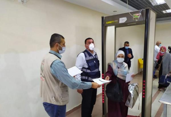 شاهد: فوج المعتمرين يبدأ بالدخول إلى قطاع غزة.. والصحة تُطالبهم بالحجر المنزلي