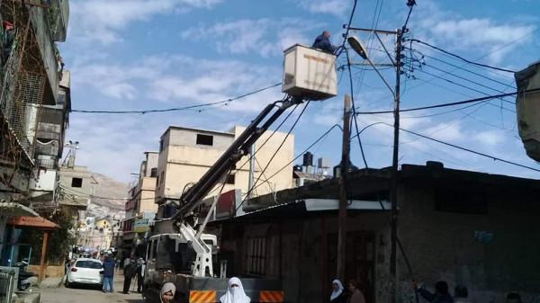 اللجنة الشعبية بمخيم بلاطة وشركة كهرباء الشمال تواصل العمل على صيانة الشبكة