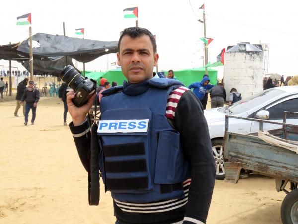 التجمع الإعلامي الديمقراطي يدين اعتداء الأجهزة الأمنية على الصحفي أبو عاذرة برفح