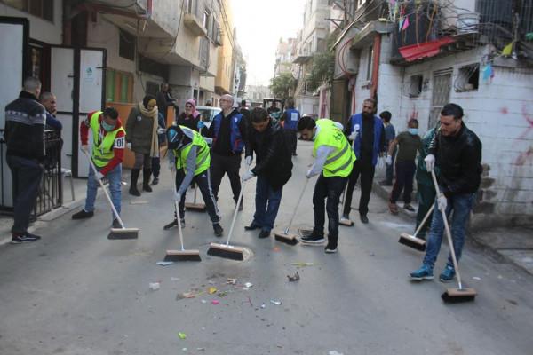 لجنة الطوارئ بمخيم عسكر تنظم حملتين للنظافة العامة وتعقيم المؤسسات داخل المخيم