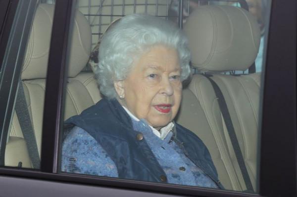 ملكة بريطانيا تتواصل مع أفراد العائلة بمكالمات فيديو بسبب (كورونا)