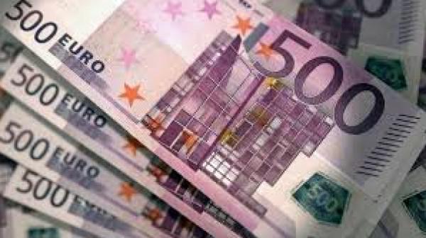 رجل يلقي 100 ألف يورو من شرفة منزله