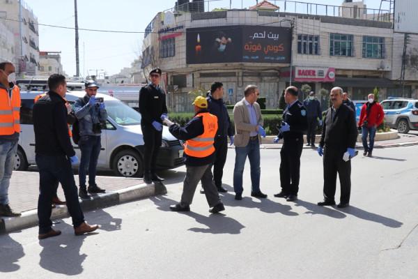 بلدية الخليل تُعقم شوارع المدينة
