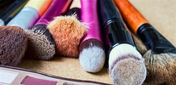 هكذا تنظفين فراشي وأدوات التجميل للوقاية من (كورونا)