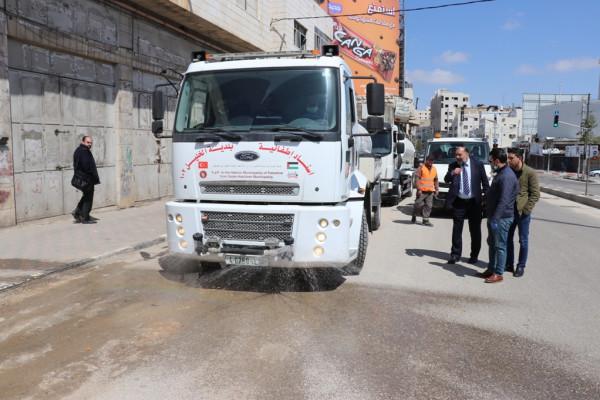 بلدية الخليل تستكمل أعمال التعقيم في شوارع المدينة