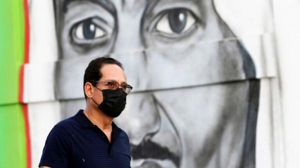 مُقيم عربي يبصق في عربات التسوق بالسعودية.. والسلطات تضعه في الحجر الصحي