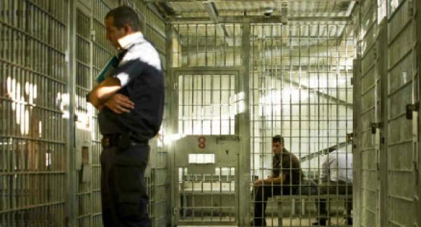 إدارة السجون تسمح للأسرى الأطفال والمرضى وكبار السن والأسيرات بالاتصال مع ذويهم