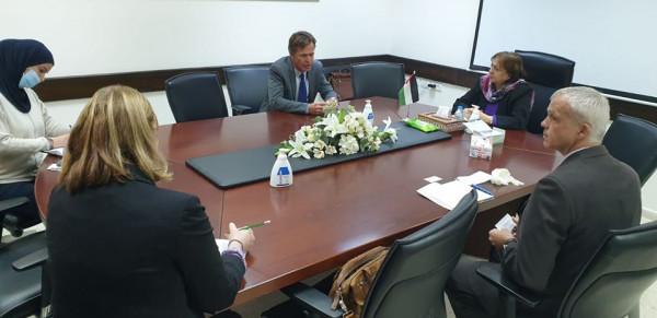 وزيرة الصحة تبحث مع ممثل الاتحاد الأوروبي الجهود الفلسطينية لمواجهة (كورونا)