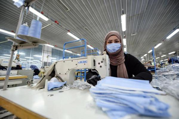 وزارة الاقتصاد الوطني تُغلق محلاً للستائر يَصْنَع كمامات مخالفة في جنين