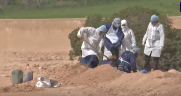 شاهد: لحظة دفن السيدة الأردنية المتوفاة بفيروس (كورونا)