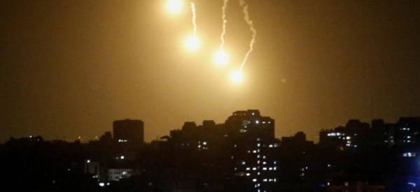 الاحتلال يُطلق قنابل إنارة على حدود غزة بعد اقتراب فلسطيني من السياج