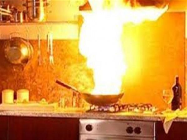 لا تستخدمي الماء أو ترفعي الغطاء.. هكذا تتعاملين مع حرائق المطبخ
