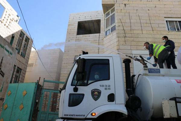 بلدية الخليل تُكثّف إجراءاتها الوقائية بعد إعلان إصابات بـ (كورونا) بالمدينة