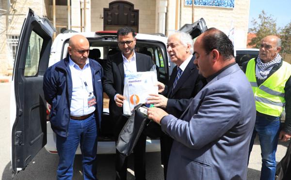 الجامعة العربية الامريكية تتبرع بمبلغ مالي للجنة الطوارئ في محافظة جنين
