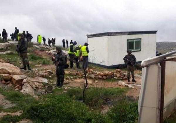 قوات الاحتلال تستولي على (كرفان) سكني في الجفتلك بالأغوار