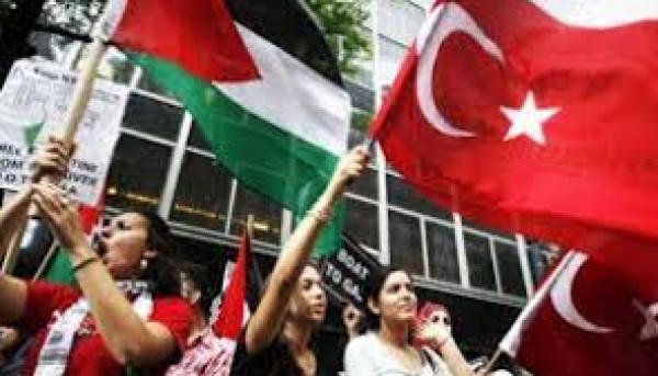 فلسطينيون بتركيا تقطعت بهم السبل يناشدون والجالية توزع 600 سلة غذائية عليهم