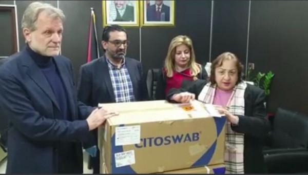 شاهد: وزيرة الصحة تُرسل 1500 مسحة خاصة بفحوصات (كورونا) لقطاع غزة
