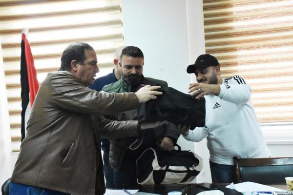 محافظ سلفيت يُسلم ملابس واقية من (كورونا) للصحفيين العاملين بالميدان