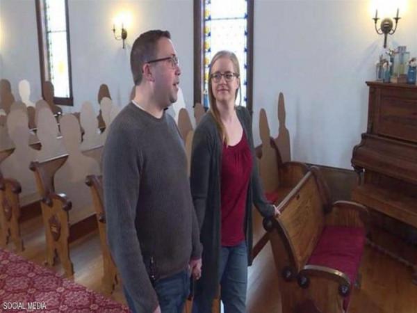 عروسان يلجآن لحيل غريبة بعد غياب المعازيم عن حفل الزفاف