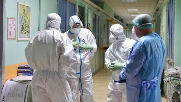صحيفة إسرائيلية: أطباء الـ 48 هم أبطال المعاطف البيضاء