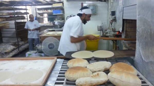 الإمارات.. القبض عامل مخبز تعمد تلويث الخُبز بطريقة مُقززة