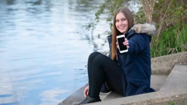 مفاجأة غير متوقعة لسيدة بعد شهرين من سقوط هاتفها في النهر