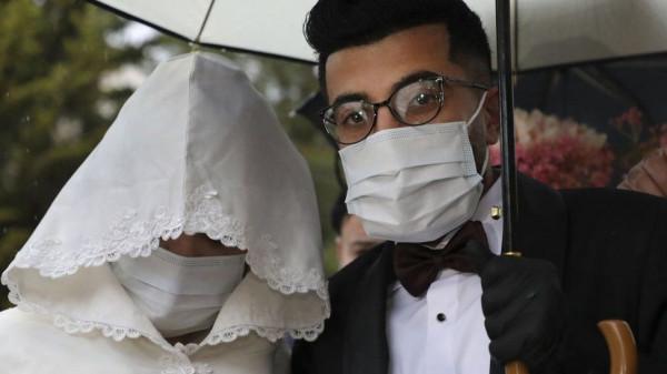 """لن يُفسد """"كورونا"""" زفافك.. مصرية تصمم كمامات """"سواريه"""" للعرائس"""