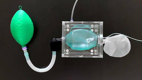 فريق بقسم الهندسة الطبية في جامعة خليفة يقوم بتصنيع جهاز للتنفس الصناعي