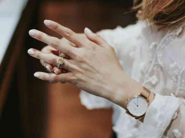 هكذا تحافظين على خاتم زفافك من أدوات التعقيم