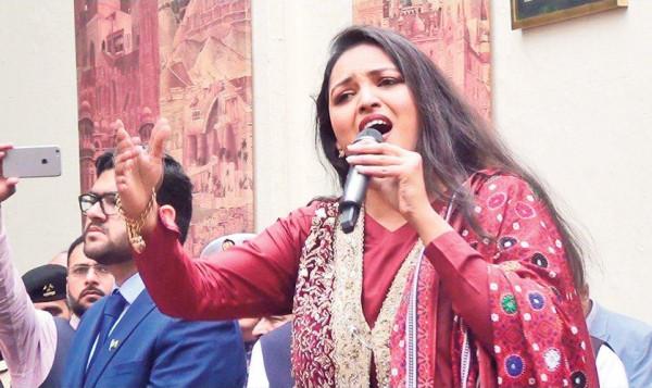 """سايرا بيتر ومؤسسة """"سارة"""" يطلقون مبادرة خيرية بباكستان بسبب جائحة كورونا"""